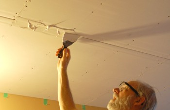 Preparing the drywall seam with mud